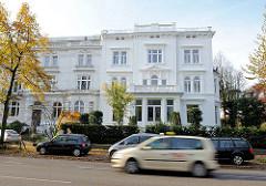 Klassizistisches Wohngebäude in HH-Harvestehude - parkende Autos, Strassenverkehr.