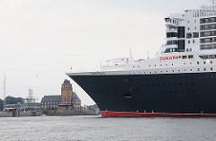 Kreuzfahrtschiff Queen Mary auf der Elbe vor dem Lotsenhaus Seemannshöft.