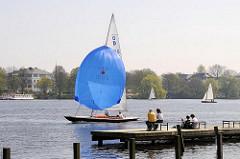 Frühlingstag an der Aussenalster - die ersten Segelboote auf dem Wasser.