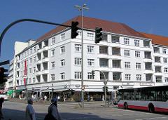 Weisser Wohnblock / Eckgebäude mit Balkons und Einzelhandelsläden an der Fuhlsbüttler Strasse, HH-Barmbek.