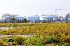 Tanklager beim Petroleumhafen - Industriebrache auf der Dradenau in Hamburg Waltershof.