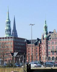 Blick über den Brooktorhafen zum Zollzaun an der Kaimauer - im Hintergrund Speichergebäude bei St. Annen und die Türme der St. Katharinenkirche / St. Nikolaikirche.