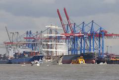 Containerkräne am HHLA Container Terminal Burchardkai - Containerschiffe liegen am Kai.