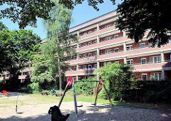 Laubenganggebäude  / Architektur in Hamburg Barmbek Nord; Spielplatz