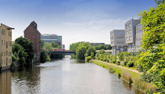 Mittelkanal in Hamburg Hammerbrook - historische Industriearchitektur und moderne Verwaltungsgebäude.