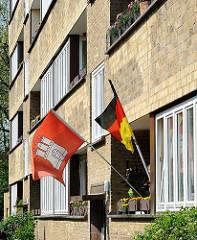 Balkon mit Hamburgfahne und Deutschlandflagge am Wohnblock Lunapark in Hamburg Altona Nord.