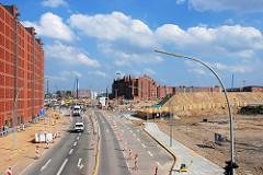 Blick über die Baustellen an der Strasse Sandtorkai zum Brooktorkai; im Hinergrund der Kaispeicher B am Magdeburger Hafen. (2007)