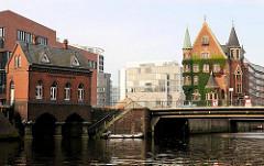 Blick zum Fleetschlösschen und dem ehem. Verwaltungsgebäude der Speicherstadt - im Hintergrund moderne Architektur der neuen Hamburger Hafencity.