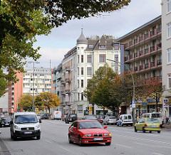 Hamburger Hauptverkehrsstrasse in Hohenfelde - moderne und historische Architektur, Autoverkehr.