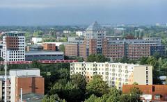 Gebäude in Hamburg Rothenburgsort - in der Bildmitte fährt eine S-Bahn zur Haltestelle Rothenburgsort.
