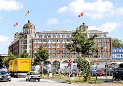 Stortebekerhaus - mehrstöckiges Bürogebäude im Stadtteil Hamburg Hamm - Strassenverkehr.