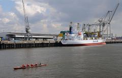 Frachtschiff am Oswaldkai - Hamburger Hafen, Hansahafen - Stadtteil Kleine Grasbrook - Ruderboot im Hafen.