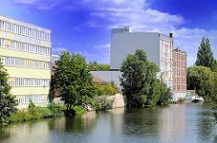 Blick auf den Mittelkanal in Hamburg Hamm - Speichergebäude und Bürogebäude am Kanalufer.