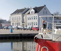 Blick über den Harburger Binnenhafen zum historischen Kanalplatz;  denkmalgeschützte Architektur in Hamburg Harburg.