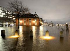 Hochwasser auf dem Altonaer Fischmarkt - die Elbe ist über die Ufer getreten und hat die Altonaer Fischauktionshalle unter Wasser setzt.