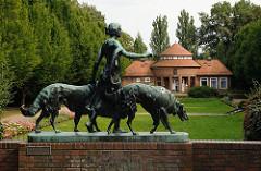 Hamburgs Stadtpark in Winterhude - Trinkhalle mit Diana mit Hunden - Bronze Skulptur Bildhauer Arthur Bock.
