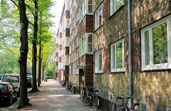 Ruhige Seitenstrasse vom Bahrenfelder Steindamm - Wohnungen im Klinkergebäude - die Sonne scheint durch die Bäume.