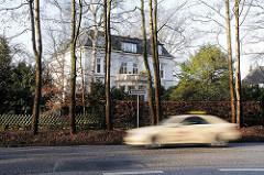 Häuser in Hamburg Othmarschen, Villa in der Reventlowstrasse, Autoverkehr - schnell fahrendes Taxi.