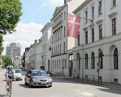 Architekturfotografie Hamburg Ottensen - historisches Ensemble Klopstockstrasse - Baudenkmäler in Hamburg Ottensen / Altona. Strassenverkehr und Fahrradfahrer.