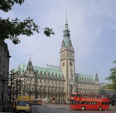 Hambuger Rathaus - ein roter Doppeldeckerbus der Stadtrundfahrt biegt in die Mönckebergstrasse ein.