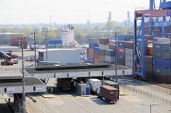 Zollstation / Zollabfertigung Hamburger Containerterminal Altenwerder - im Hintergrund die Aufbauten eines Containerfeeder am Kai und Industrieanlagen auf der gegenüber liegenden Seite des Köhlbrands / Süderelbe in Hamburg Wilhelmsburg.