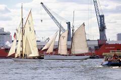 Parade mit historischen Schiffen der Stiftung Maritim und Museumhafen Oevelgönne. In der Bildmitte der restaurierte Lotsenschoner No. 5 Elbe; der Zweimaster lief 1883 vom Stapel und gilt als das letze erhaltene Holz-Seeschiff  Hamburgs.