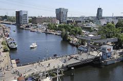 Luftaufnahme vom Harburger Binnenhafen mit Lotsenkanal KLappbrücke und Bürotürmen, Bürohäusern am Bahnhofskanal.