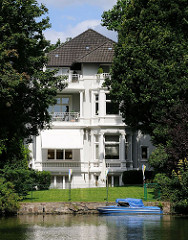 Mehrfamilienvilla am Kanalufer - Sportboot an der Kaimauer / Hamburg Winterhude.