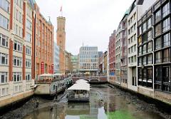 Die Umweltbehörde liess das Wasser der umliegenden Fleete in Hamburg Neustadt ablaufen - es soll eine Fischtreppe an der Rathausschleuse gebaut werden - Blick auf das Bleichenfleet zur Poststrasse.