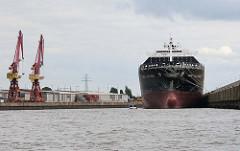 Der Containerfrachter MSC ALESSIA im Kaiser Wilhelms Hafen. Das Schiff ist am Kronprinzenkai als Auflieger vertäut. Am gegenüber liegenden Auguste Victoria Kai zwei moderne Hafenkräne.