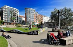 Antonipark bei Hamburg St. Pauli - AnwohnerInnen sitzen in der Sonne und geniessen den Blick auf die Elbe.