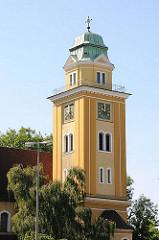 Kirchturm in Hamburg Wilstorf - ockerfarbener, gelber Anstrich, Kupferkuppel mit Kreuz - St. Franz-Joseph-Kirche, erbaut 1913.