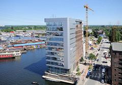 Restaurierter Speicher am Veritaskai - Blick auf den Harburger Hafen.