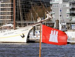 Bug des Segelschiffs Mare Frisum im Hamburger Hafen; Hamburg Flagge im Wind.