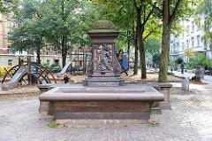 Brunnenanlage auf dem Platz vor der Friedenskirche in Hamburg St. Pauli.