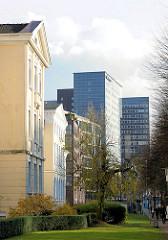 Historische Hausfassade vom St. Georg Krankenhaus - Hochhäuser / Bürogebäude am Steindamm; Fotos aus dem Hamburger Stadtteil St. Georg.