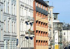 Fassaden von Etagenhäuser in unterschiedlichen Architekurstilen an der Hamburger Rentzelstrasse.
