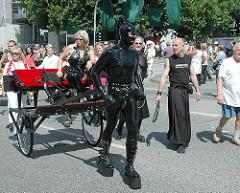 Umzug des CSD in Hamburg - Passanten beobachten die Teilnehmer der Parade.