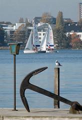 Bootssteg mit Anker an der Hamburger Aussenalster - Segelboote auf dem Wasser.