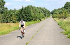 Neben Rollerskatern nutzen sportliche FahrradfahrerInnen die geraden hügeligen Betonstrassen im Höltingbaumer Naturschutzgebiet zur rasanten Fahrt.