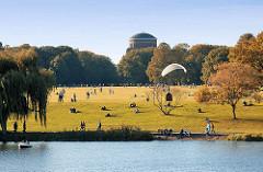 Grosse Wiese im Hamburger Stadtpark, Stadtparksee - Herbstbäume und Drachen; im Hintergrund das Planetarium.