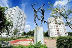 Bronzeskulptur Tanzendes Paar - Spielplatz Hamburg Lohbrügge Nord. Bildhauer Johannes Ufer + Lore Ufer, 1968.
