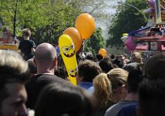 Gedränge auf der Osterstrasse in Hamburg-Eimsbüttel - Menschenmassen drängen sich auf dem Osterstrassenfest; Luftballons-