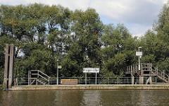 Anleger / Ponton im Hamburger Moldauhafen - Schild Prager Ufer.