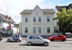 Strassenverkehr in der Rahlstedter Strasse - schnell fliessender Autoverkehr - historisches Kaiserliches Postamt - Gründerzeitgebäude.