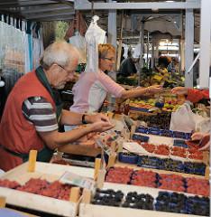 Früchteverkauf auf dem Winterhuder Goldbekmarkt.