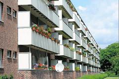 Balkons mit Blumenkästen - mehrstöckiger Wohnblock, Jarrestadt, Hamburg Winterhude.