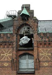 Warentransport mit Winde in der Speicherstadt - Bilder aus Hamburgs Neuem Stadtteil Hafencity.