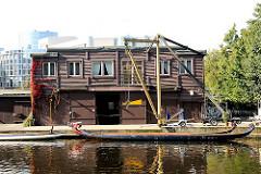 Bootshaus am Alsterkanal in Hamburg Alsterdorf - Drachenboote am Bootssteg.