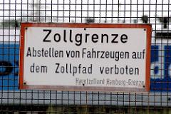 Schild am Zollzaun im Hamburger Freihafen - Zollgrenze, Abstellen von Fahrzeugen auf dem Zollpfad verboten - Hauptzollamt Hamburg-Grenze.